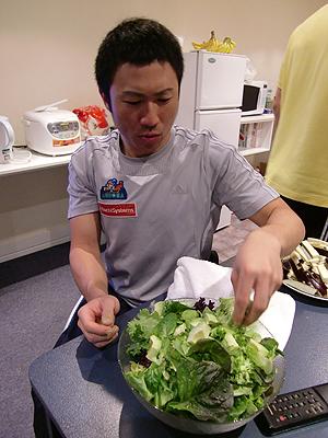 [写真]アボカドサラダを作る久保選手