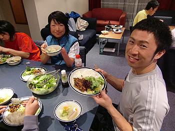 [写真]食卓を囲むメンバー