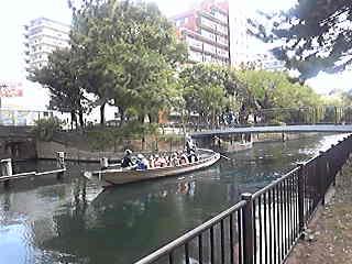 [写真]和船が往来する親水公園
