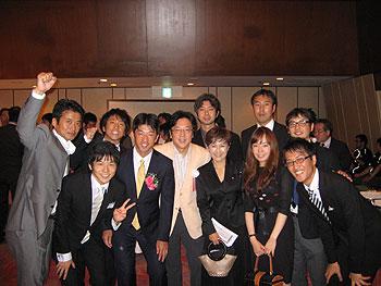 [写真]松下浩二さんを囲んで同期生と