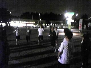 [写真]準備体操するTOKYO RUNNERSのメンバー
