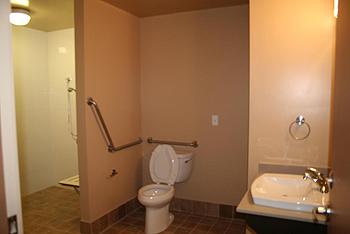 [写真]ロッジ型の障がい者用のバスルーム