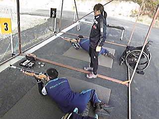 [写真]阿部コーチの合図で射撃練習する