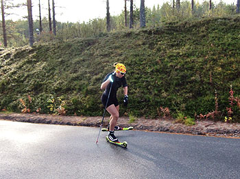 [写真]ローラースキーでトレーニング中のアンナ選手