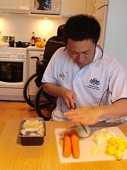[写真]野菜を切る久保恒造