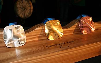[写真]パラリンピックの金銀銅メダル。一つ一つのメダルが全て違う。