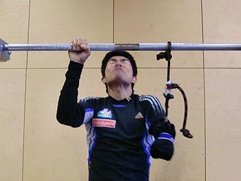 [写真]懸垂する新田佳浩