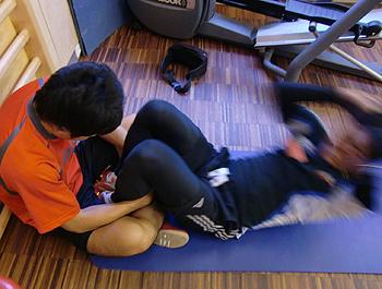 [写真]新田佳浩の腹筋トレーニング