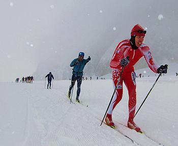 [写真]氷河で持久走する新田佳浩