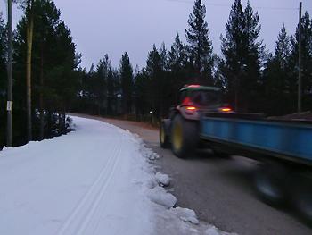 [写真]トラックで雪を運んでいる