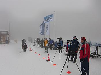 [写真]強風の中でバイアスロン公式トレーニング
