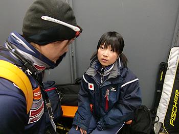 [写真]阿部コーチから太田渉子に指示がでる