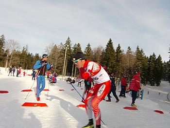 [写真]トップで坂を登る新田佳浩