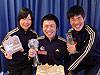 [写真]各々のトロフィーを持った新田佳浩、久保恒造、太田渉子