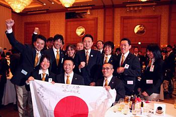 [写真]鳩山首相と選手達