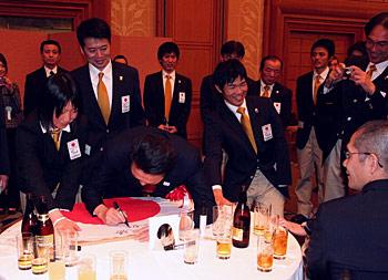 [写真]サインをしている鳩山首相