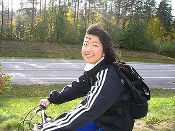 [写真]自転車でソトカモ高校へ通う太田渉子