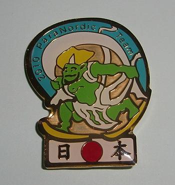 [写真]日本チームの「風神さま」ピンバッジ