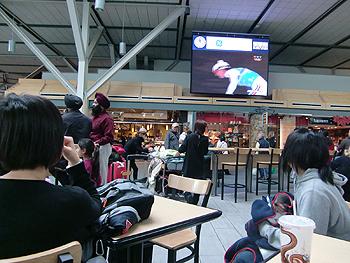 [写真]空港では大型テレビでオリンピックを放映していた