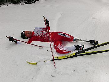 [写真]雪の上に倒れている瀧上賢治選手(JAF愛知)