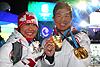 [写真]メダルを手にする太田選手と新田選手