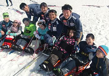 [写真]パラリンピック選手たちと子供たち