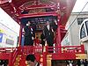 [写真]踊り屋台上の太田選手と荒井監督