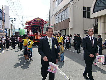 [写真]パレードの先頭を歩く市長と市議会議長