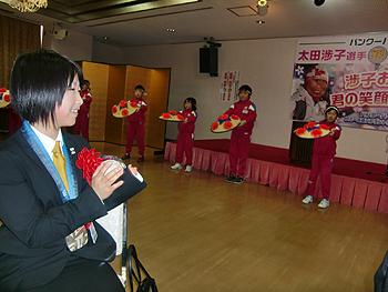 [写真]花笠音頭を踊る尾花沢小学校の皆さん