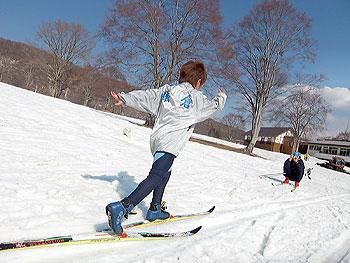 [写真]腕を大きく振って走る猿倉ジュニアスポーツクラブの小学生