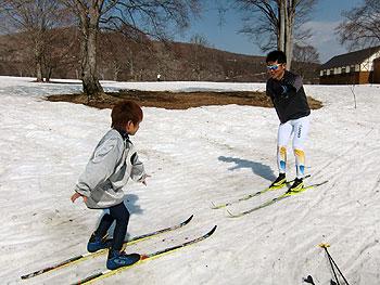 [写真]新田佳浩と猿倉ジュニアスポーツクラブの小学生