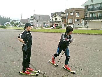 [写真]フォームチェックしてもらう太田渉子選手