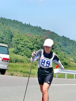 [写真]登り坂を懸命に走る太田渉子