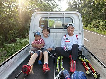 [写真]軽トラックの荷台で休憩、ジュニアも一緒に