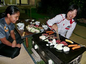 [写真]夕食は富士山溶岩プレートでバーベキュー