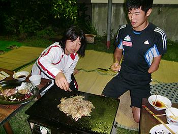 [写真]新田名人の指南で美味しい焼きそばが・・・
