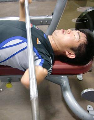 [写真]筋力トレーニングに取り組む新田佳浩