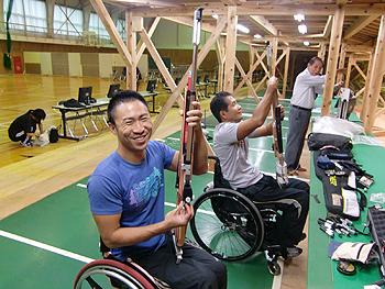 [写真]さぁ、射撃練習だ!笑顔の二人