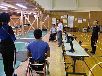 [写真]関川先生(中央)、小林先生(右)からアドバイスをもらう