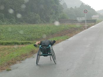 [写真]雨の中、走り続ける久保恒造