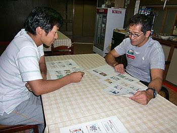 [写真]打ち合わせ中の良さんと長田弘幸選手