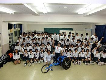 [写真]関根学園の運動部のみんなと長田弘幸選手、荒井秀樹監督