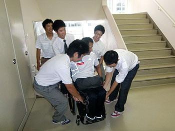 [写真]階段を上るのをサポートするスキー部の生徒たち