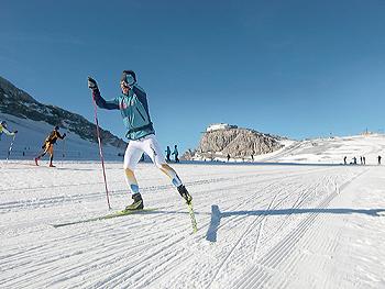 [写真]久しぶりにスキーの感触を確かめる
