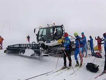 [写真]圧雪車と選手たち