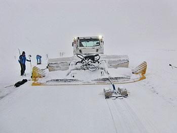 [写真]圧雪車がコースをつけていく