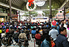 [写真]開会式はアーケードの広場で行われた