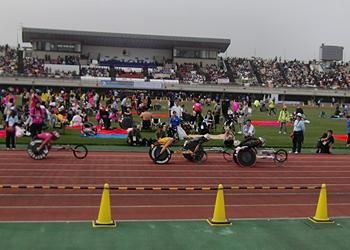 [写真]第2集団で先頭を走る久保選手