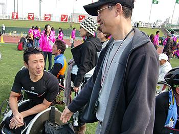 [写真]久保選手の上司、和田部長「頑張ったね」