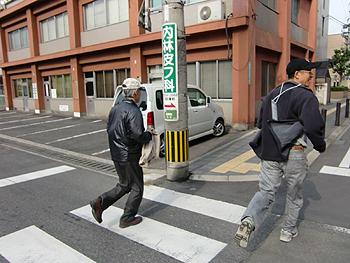 [写真]次の応援地点へ走る二人